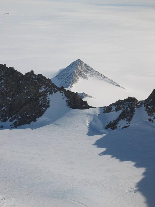 南極大陸で発見された古代遺跡のピラミッド1