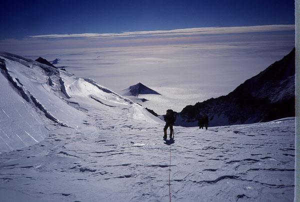 南極大陸で発見された古代遺跡のピラミッド2