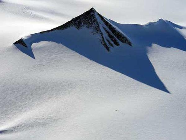 南極大陸で発見された古代遺跡のピラミッド3