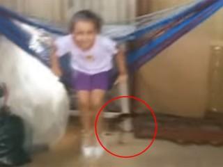 ハンモックに乗る少女の背後を、妖精が猛スピードで走り抜けていく驚愕映像!