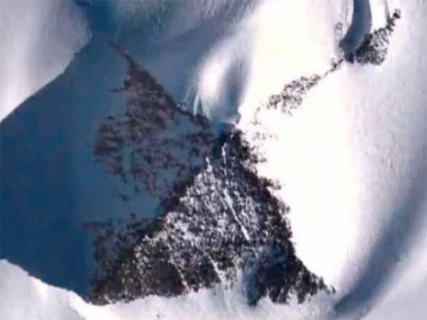 南極大陸で発見された正四角形のピラミッド