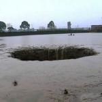 巨大シンクホール、魚25トンと池の水を丸呑み! 博多駅前にも巨大な穴が!