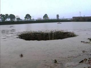 巨大シンクホールが魚25トンと池の水を丸呑み! 地下にUFO基地か? 博多駅前にも巨大な穴が!