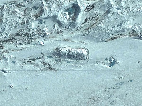 グーグルアースが南極大陸で「謎の構造物」を発見