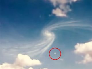 スイス上空にブラックホールが出現? 渦巻き雲にUFOが吸い込まれる衝撃映像!