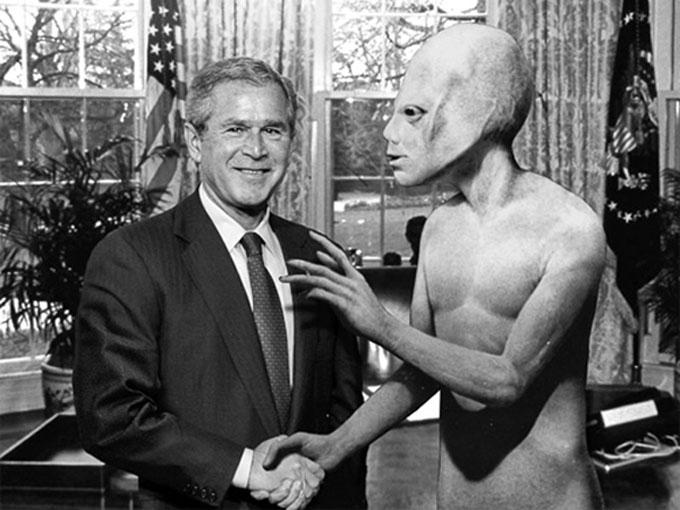 ブッシュ大統領と握手するトールホワイト