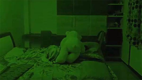 テディベアのぬいぐるみが、寝ている少女に覆い被さる心霊動画!