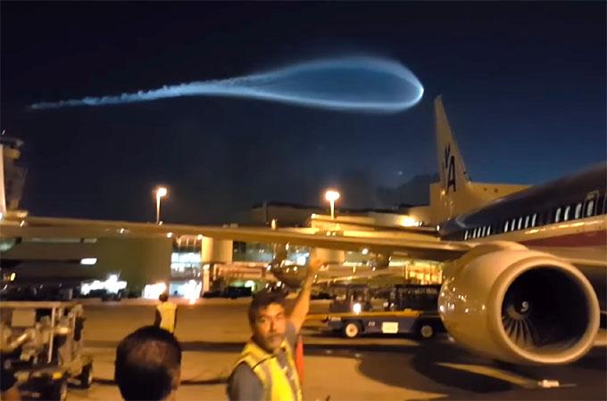 マイアミ空港の上空に超巨大な発光体2
