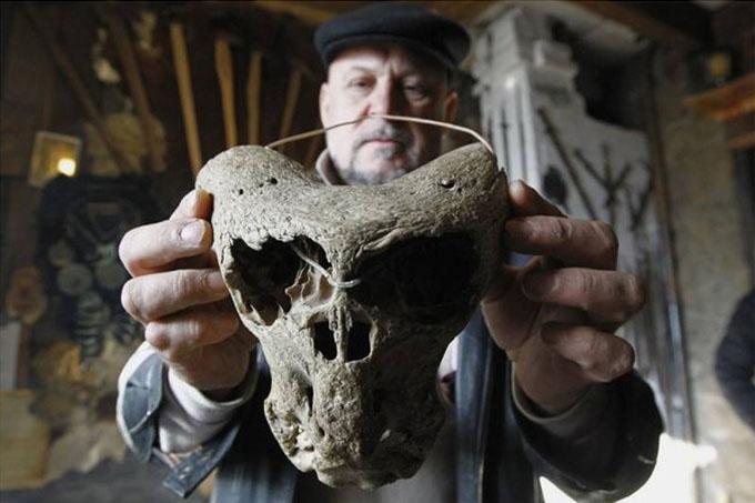 ロシア・コーカサス山脈の山中の洞窟で発見されたエイリアンの頭蓋骨