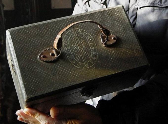 ナチスの研究機関アーネンエルベの紋章が刻まれたブリーフケース