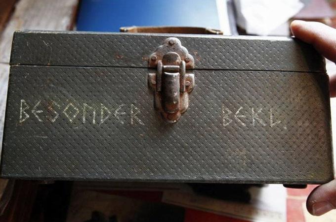 ルーン文字が刻まれているドイツ兵のブリーフケース