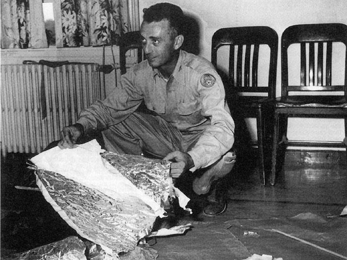 ロズウェル事件で墜落したUFOは観測気球であったと説明する米軍人