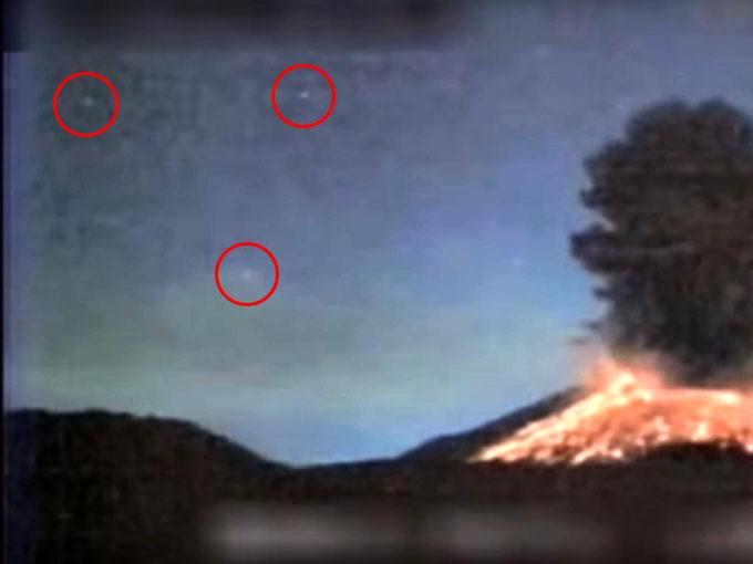 桜島の噴火で、上空に複数のUFOがホバリング