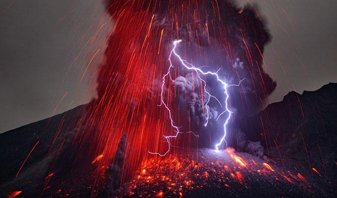 桜島の噴火中に雷光