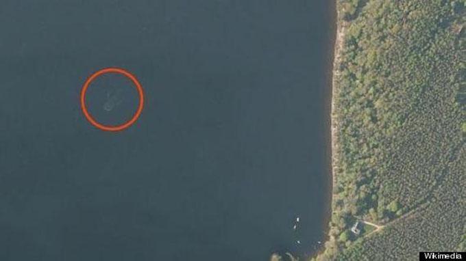 アップル社の地図アプリのネス湖に写った巨大生物