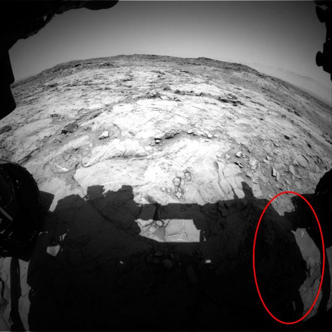 キュリオシティが火星地表で撮影した人影2
