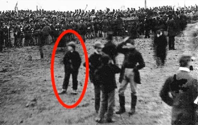 リンカーン大統領の有名なゲティスバーグ演説の会場にタイムトラベルをしたアンドリュー・バシアゴ氏