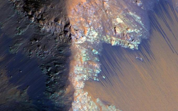 火星を流れる水の筋模様