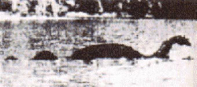 初めて撮影されたネッシーの写真