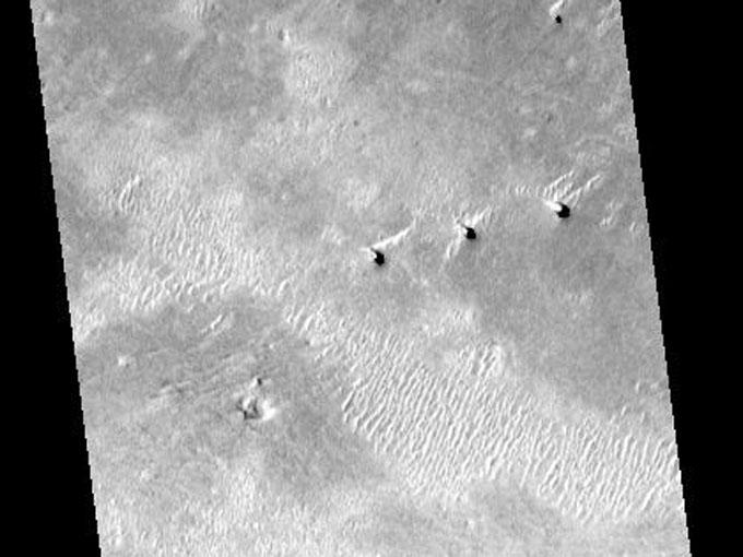 火星地表のトリプルタワー