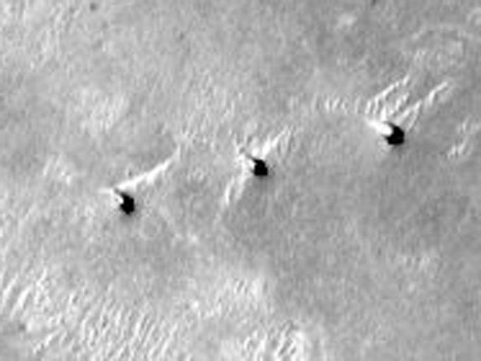 火星地表のトリプルタワーの拡大写真