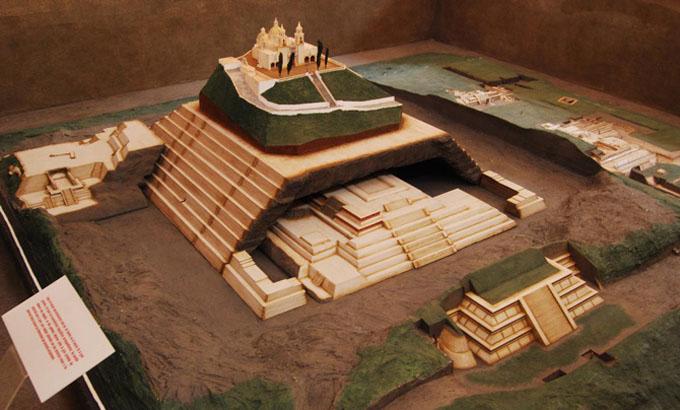 チョルーラの大ピラミッドの模型