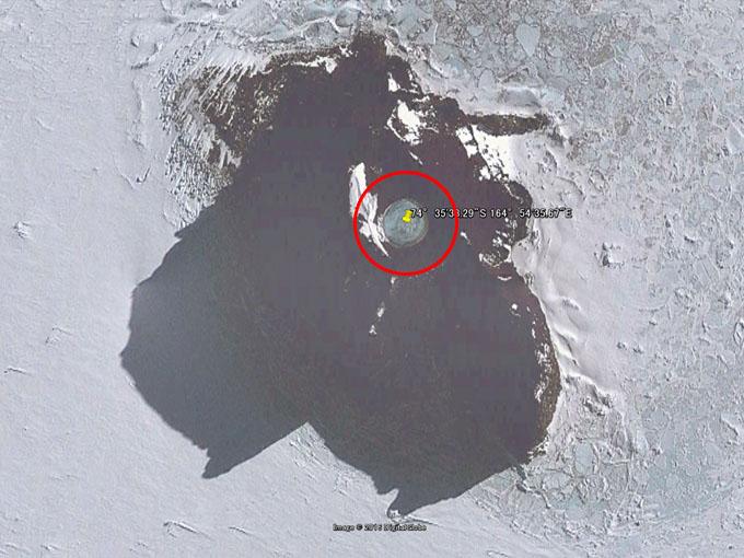 南極の水中に見える円形の構造物