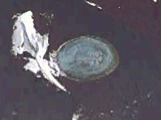 UFOが南極の水中に潜んでいた! グーグルアースで発見! 近くにUFO基地がある可能性も?
