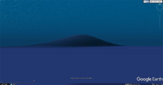 海底から見た巨大ピラミッドの姿