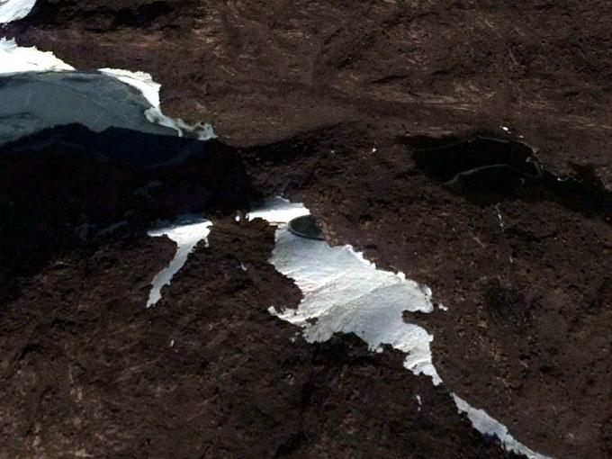 グーグルアースで発見された南極大陸のUFO