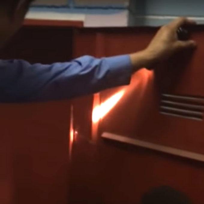 赤い扉を開く警備員