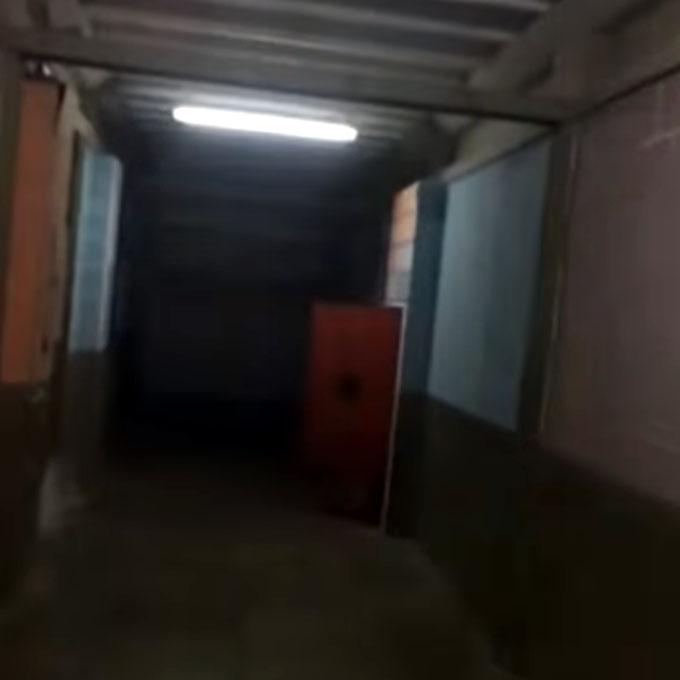 赤い扉が開くポルターガイスト現象