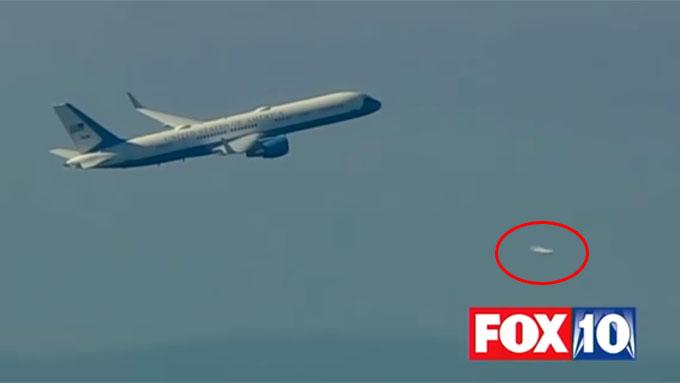 トランプ大統領が乗る飛行機に傍を飛行するUFO