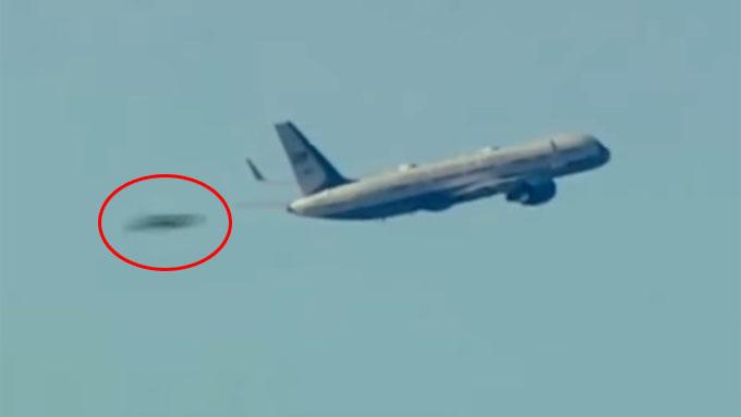 トランプ大統領が乗る飛行機を高速で抜き去るUFO