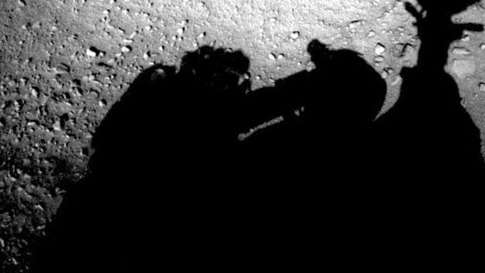 火星探査車をメンテナンスしている人影の画像