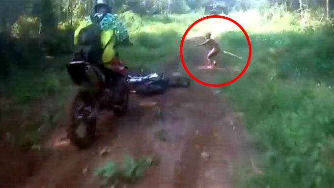 バイクが転倒し、小人が現れる