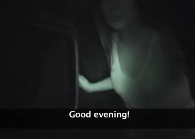 車に乗り込む女性ヒッチハイカー