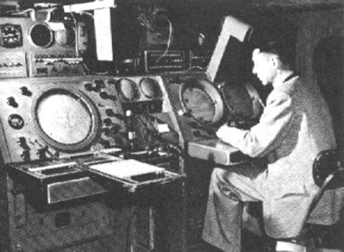 レーダーを注視する管制官