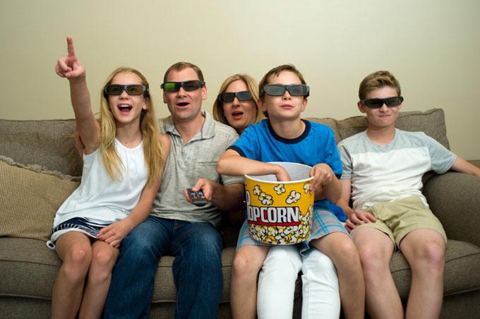 映画を楽しむ家族