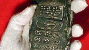 13世紀の地層から携帯電話が発見される! 未来からのタイムトラベラーが残したオーパーツか?